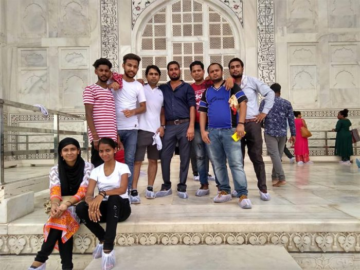 group picture at Taj Mahal