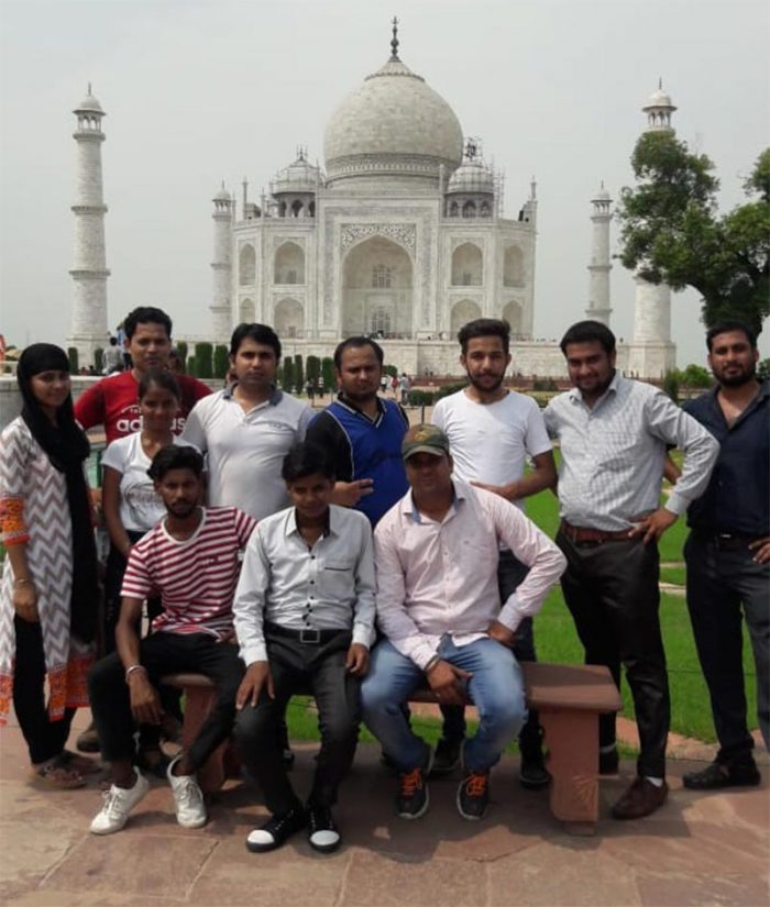 taj mahal tour group picture